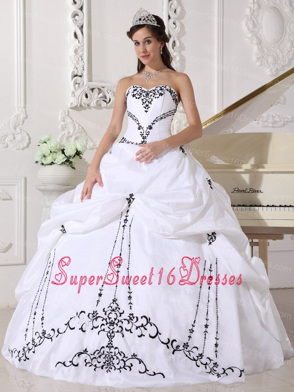 Lovely White Sweet 16 Dress Sweetheart Satin and Taffeta Embroidery Ball Gown