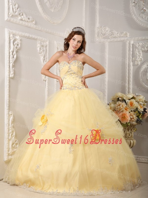 Beautiful Light Yellow Sweet 16 Dress Sweetheart Organza Appliques Ball Gown