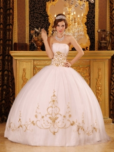 Romantic White Sweet 16 Dress Strapless Satin and Tulle Appliques Ball Gown